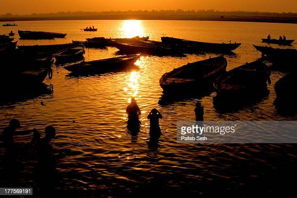 holy dip in river ganges at varanasi - cerimónia imagens e fotografias de stock