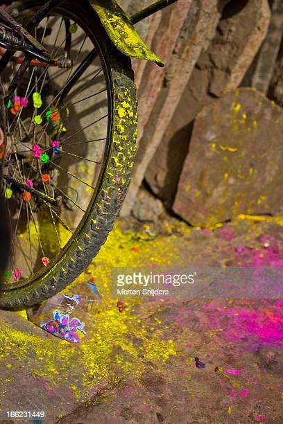 holy festival colors on sidewalk - merten snijders stockfoto's en -beelden