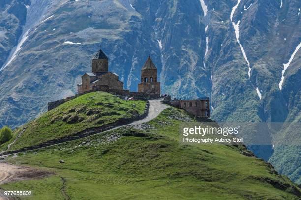 holy trinity church of gergeti - kaukasus geografische lage stock-fotos und bilder