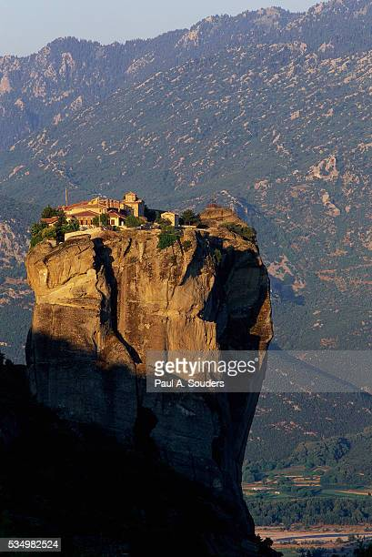 holy trinity monastery in greece - igreja ortodoxa grega - fotografias e filmes do acervo