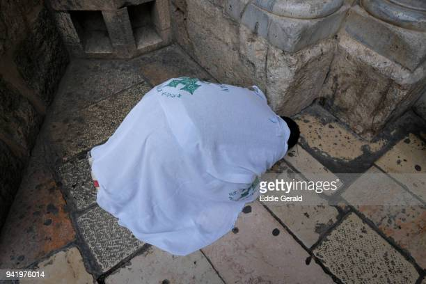 holy tuesday of holy the week in the church of holy sepulchre, jerusalem - martes fotografías e imágenes de stock