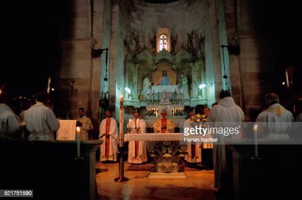 holy week mass at emmaus - katholizismus stock-fotos und bilder