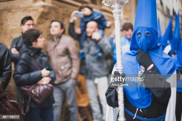 holy week procession in cadiz in spain's andalucia - penitentes fotografías e imágenes de stock