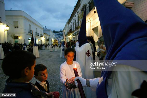 holy week procession in seville - penitentes fotografías e imágenes de stock