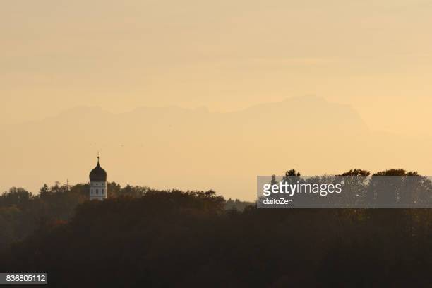 holzhausen church bell tower with zugspitze mountain (2,962 m) in background, holzhausen, upper bavaria, germany - starnberg photos et images de collection