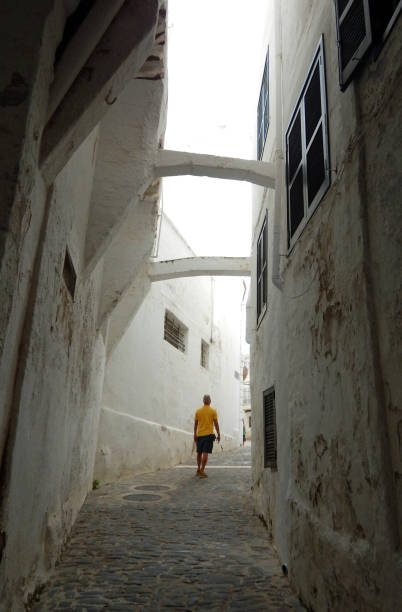 hombre joven pasea por las calles de Mahon, Menorca