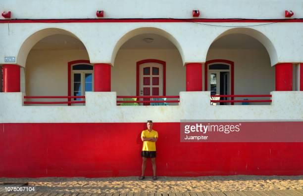 hombre joven turista apoyado en una tipica fachada portuguesa en carvoeiro - cultura portuguesa foto e immagini stock