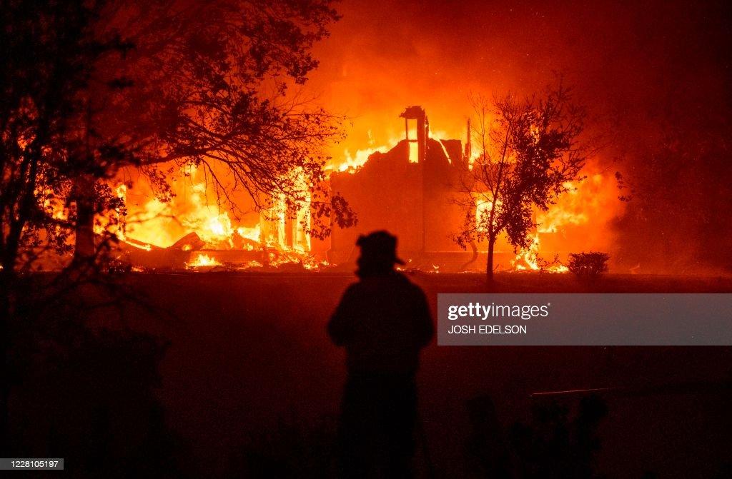 TOPSHOT-US-CALIFORNIA-WILDFIRE-FIRE : News Photo