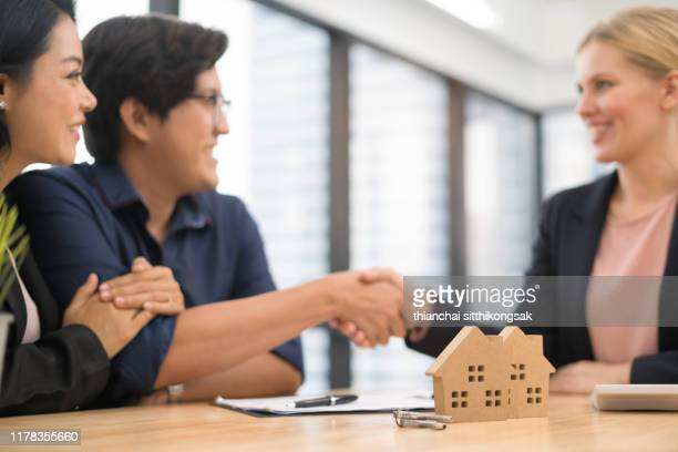 home buying agreement - mortgage loan stock pictures, royalty-free photos & images