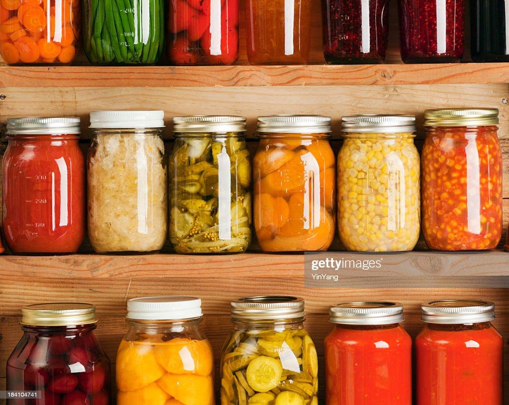 home canning de conserves de fruits et l gumes dans les tag res de rangement photo getty images. Black Bedroom Furniture Sets. Home Design Ideas