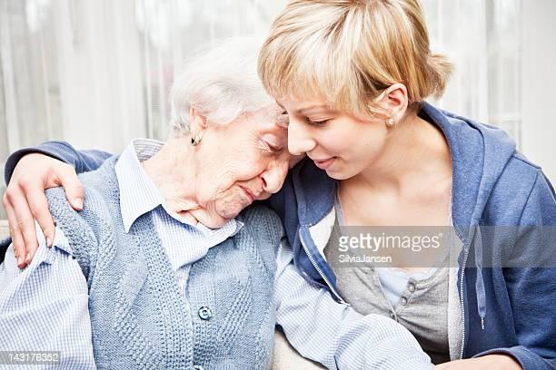 Altenpfleger Trösten traurige senior Frau