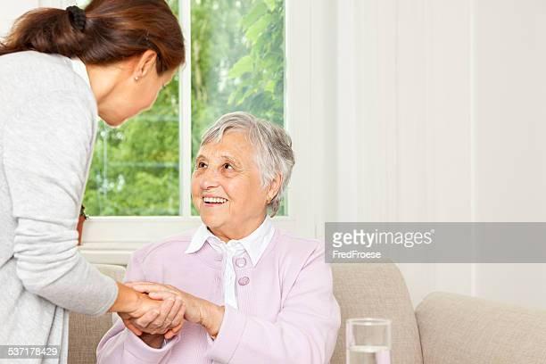 Aide familiale parler avec plus femme