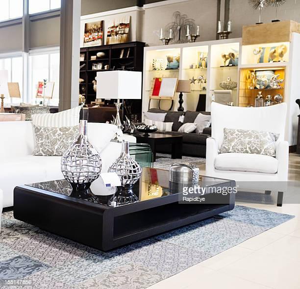 お店のインテリア、エレガントな家具とアクセサリーを表示