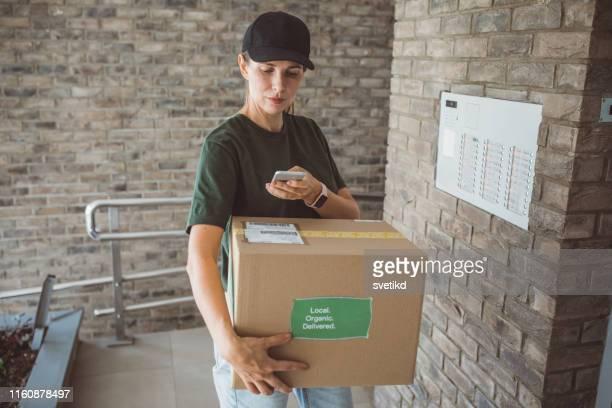 entrega a domicilio de productos orgánicos - sólo con adultos fotografías e imágenes de stock