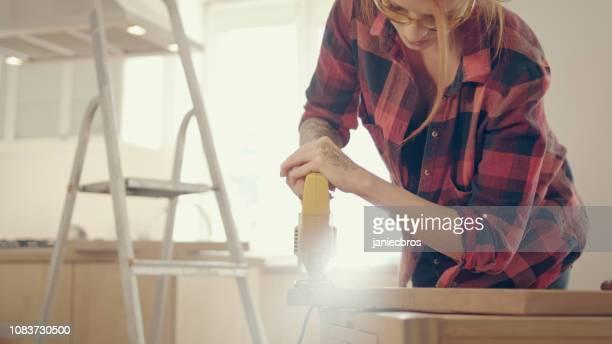 ホームの diy。女性固定木製家具。ジグソー パズル - 電動糸のこ ストックフォトと画像
