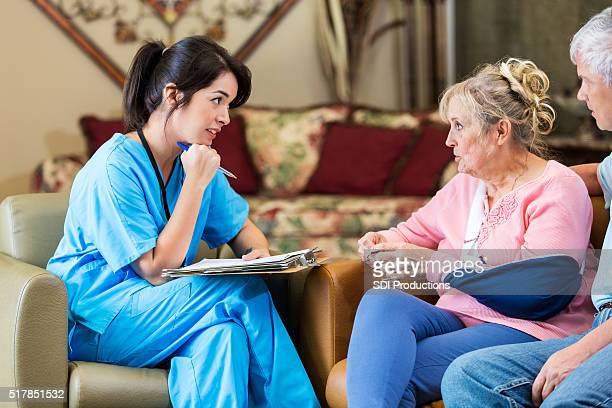 Startseite headlcare Krankenschwester Gespräch mit Altes Paar