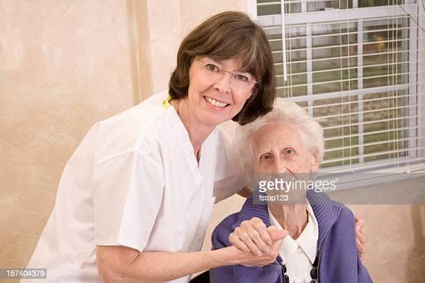 La santé Infirmière prenant soin de femme âgée. Centre gériatrique.