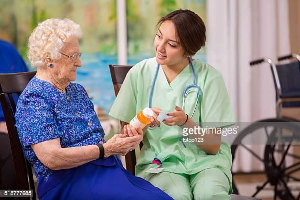 Su personal de enfermería de atención médica explica medicamento recetado a una mujer de edad avanzada.