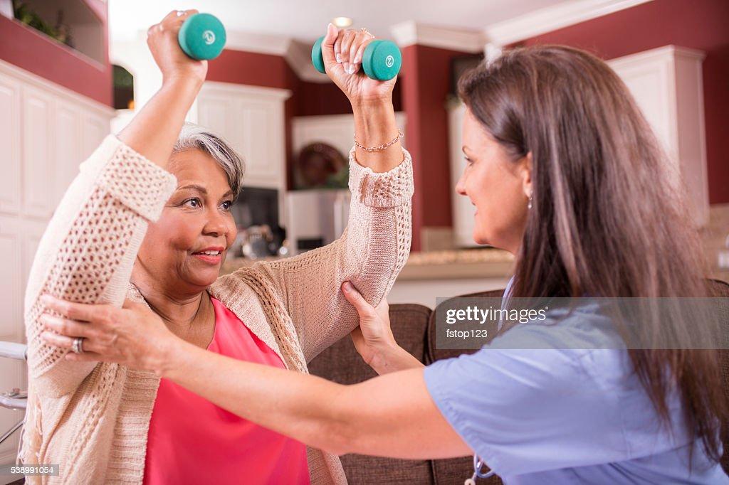 Casa assistenza sanitaria infermiera, fisioterapia per adulto senior donna. : Foto stock
