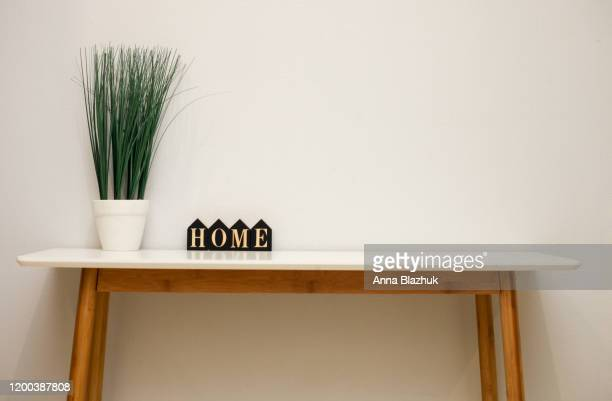 home interior details on the table, flower in pot and wooden word home - penisola scandinava foto e immagini stock