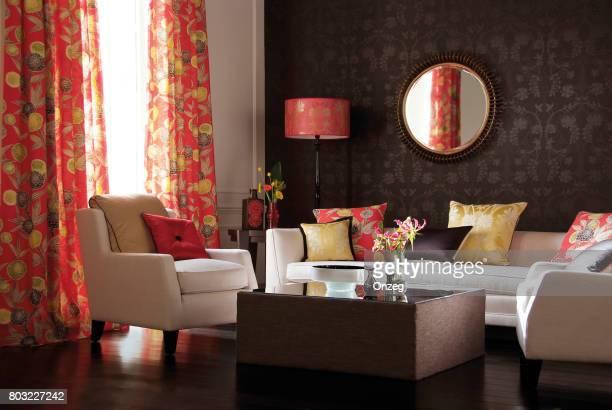 家具と現代的なリビング ルームのインテリア