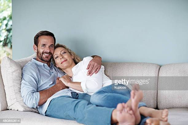 home is not a place, it's a feeling - mid volwassen koppel stockfoto's en -beelden