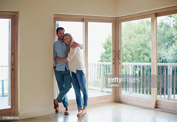 home is where the heart is - mid volwassen koppel stockfoto's en -beelden