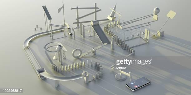 zelfgemaakte complexe over-engineered machine om mobiele telefoon te beantwoorden - geval stockfoto's en -beelden