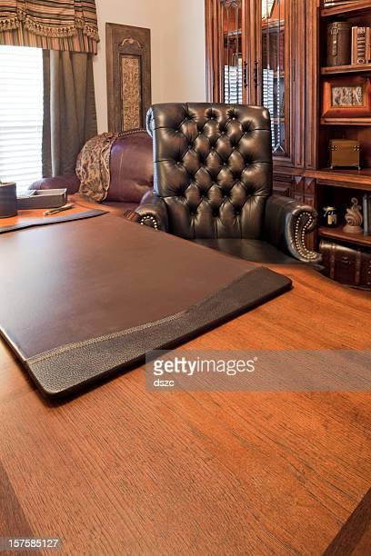 ホームオフィスデスクと椅子と bookcase