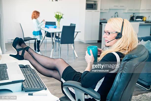 Casa, ufficio, Madre singola rilassante mentre conciliare lavoro e famiglia.