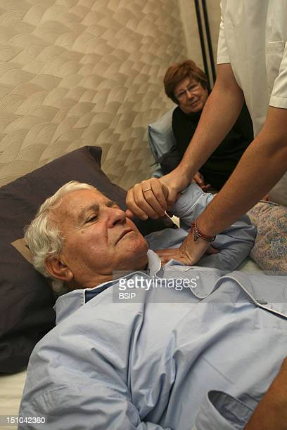 Home Visit Of A Kinesitherapist To See A Person Affected By Alzheimer's Disease.