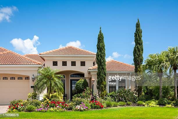 La Maison avec fleurs jardin