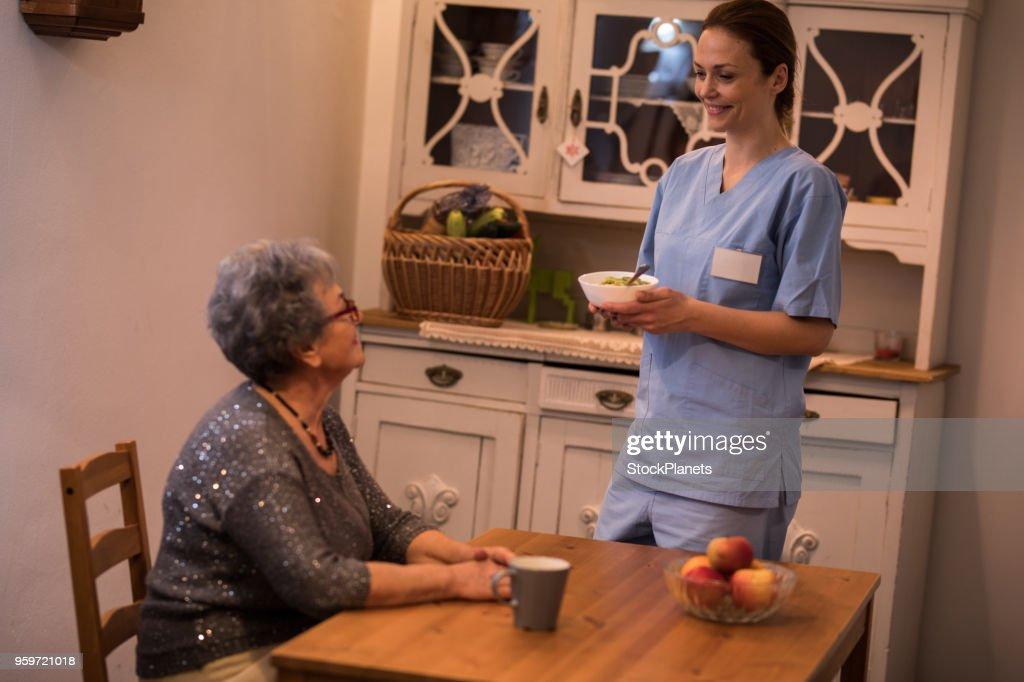 Homecare-Krankenschwester mit Frauen in Führungspositionen in Küche : Stock-Foto