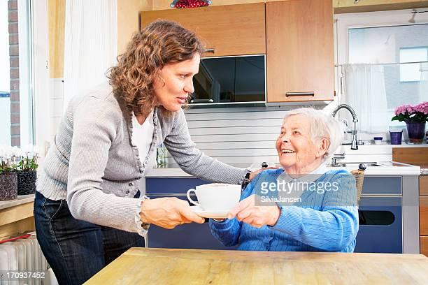 homecaregiver Kaffee, senior Frau