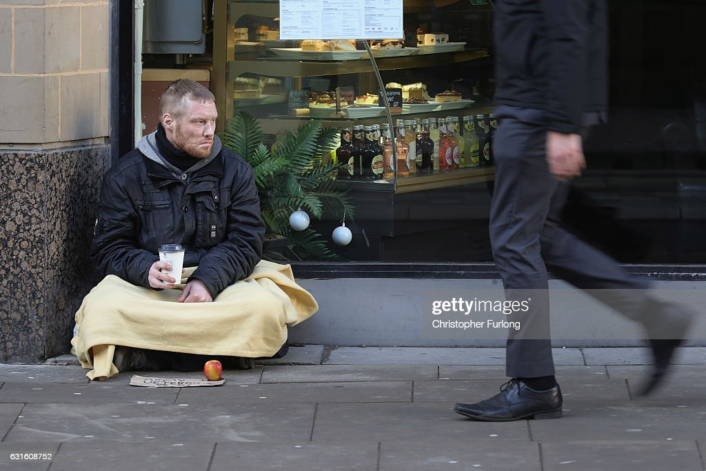 Homeless People Brave The Cold Weather : News Photo