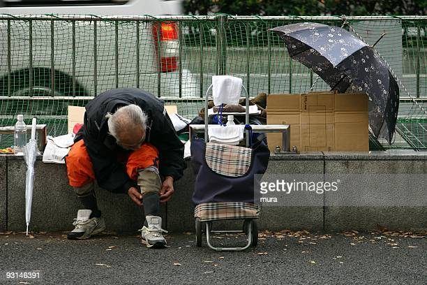 東京の街でホームレス - ホームレス ストックフォトと画像