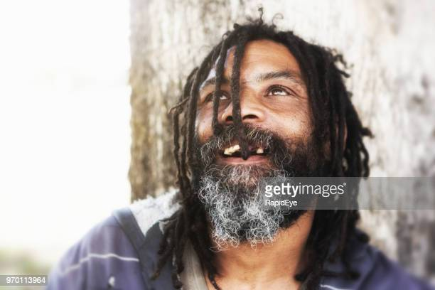 hombre sin hogar levanta los ojos al cielo - personas sin dientes fotografías e imágenes de stock