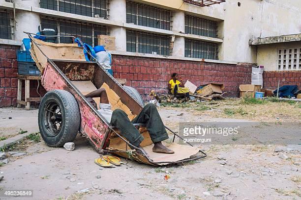 obdachlos mann entspannen in einer schubkarre,, kongo-kinshasa - kinshasa stock-fotos und bilder
