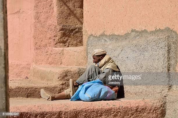 sans-abri homme reposant sur la terrasse - homme marocain photos et images de collection