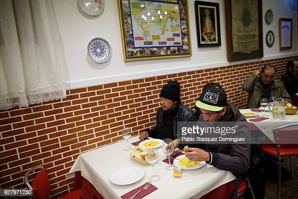Homeless people have free diner at Robin Hood restaurant on December 5 2016 in Madrid Spain Association Messengers Of Peace 'Mensajeros De La Paz'...