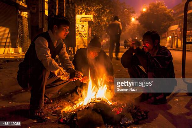 homeless people trying to keep themselves warm-cngltrv1109 - cold temperature stock pictures, royalty-free photos & images