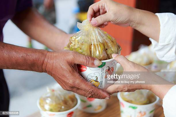 Homeless ; Relief supplies ; Helping the poor ; Human hand; Hand movements