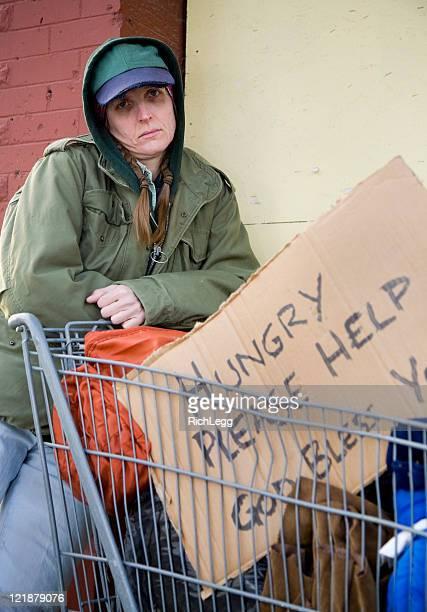 Obdachlos Frau auf einer Straße in der Stadt