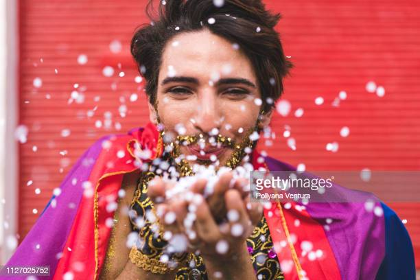 homem confettis de coup de mains - carnaval photos et images de collection