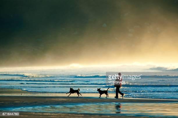 o homem e o mar - ir adiante stockfoto's en -beelden