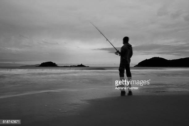homem pescando silhueta - silhueta stock photos and pictures