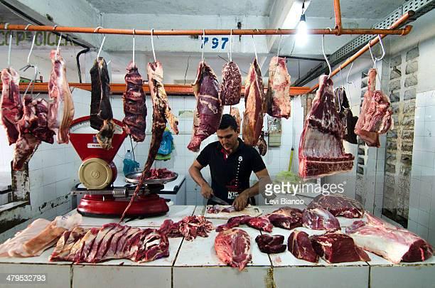 NORTE BRASIL Homem trabalha em pequeno açougue no Mercado Central de Juazeiro do Norte | açougueiro carne açougue carne corte de carne balança...