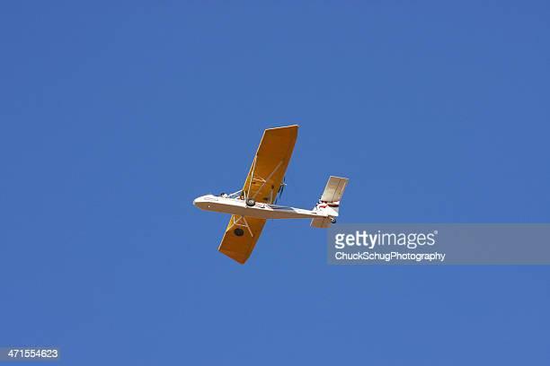volo aereo in casa cavalcavia - aereo ultraleggero foto e immagini stock
