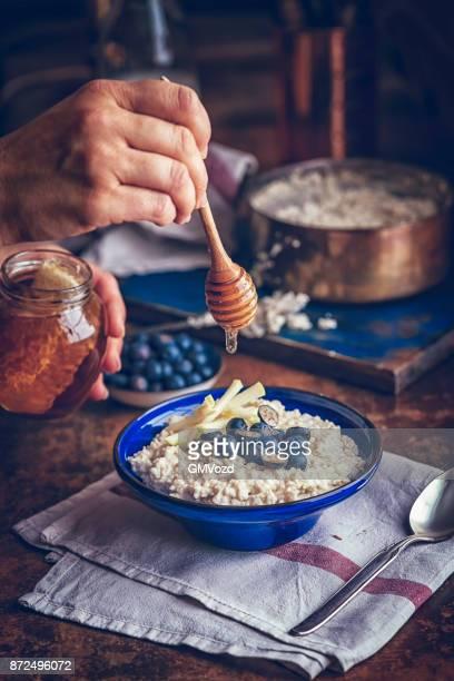Hausgemachte Apfel Heidelbeere Brei mit Honig