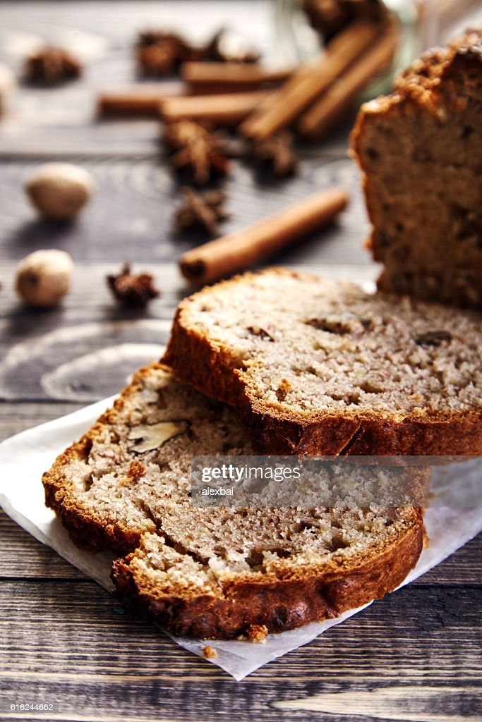 Homemade banana bread with walnuts : Foto de stock
